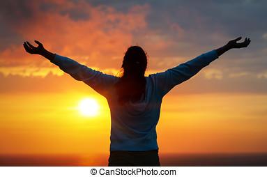 libertad, mujer, en, cielo de puesta de sol