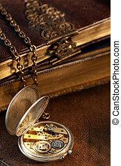 libri, e, orologio tascabile ed antico