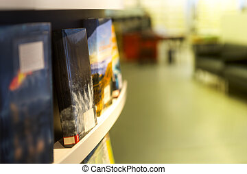 libri, su, mensola, in, biblioteca