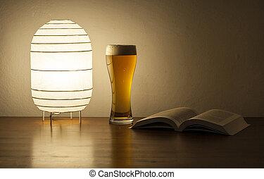 libro, birra, lampada scrivania