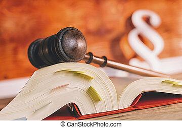 libro de derecho, con, martillo, y, párrafo, símbolo, en, tribunal, oficina, -, ley, concepto, imagen