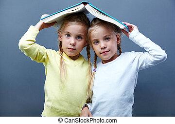 libro, gemelos, debajo