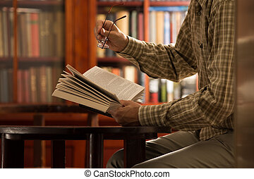 libro lettura, biblioteca, uomo