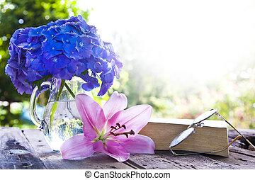 libro, su, il, vecchio, tavola, con, fiori