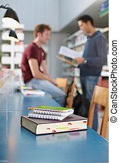 libro, y, blocs, en el escritorio, en, biblioteca