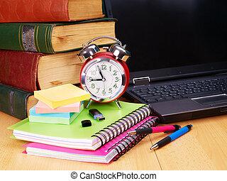 libros de la escuela, supplies., laptop.