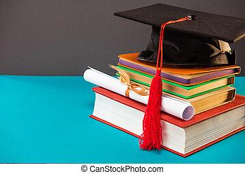 libros, diploma, y, tapa graduación, con, borla, en, azul, con, espacio de copia, educación, concepto