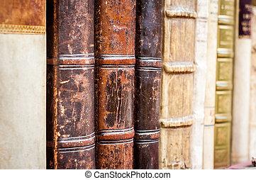libros, en, un, row., viejo, cuero, cubierto, books.