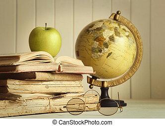 libros viejos, con, manzana