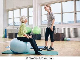 lichamelijke therapist, het onderrichten, een, oude vrouw, op, rehab
