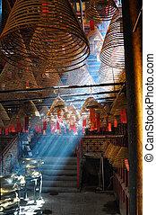 licht, gießen, durch, der, weihrauch, rauchwolken, von, a, tempel, in, hongkong