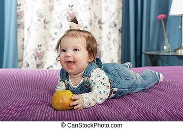 liden, æble, indendørs, baby pige, smil