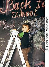 liden, cute, ægte, dreng, hos, sort vægtavle, ind, klasseværelse, tilbage til uddanne, rykke sammen
