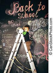 liden, cute, ægte, dreng, hos, sort vægtavle, ind, klasseværelse, tilbage til uddanne