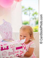 liden, hende, gave, fødselsdag pige, unpacking