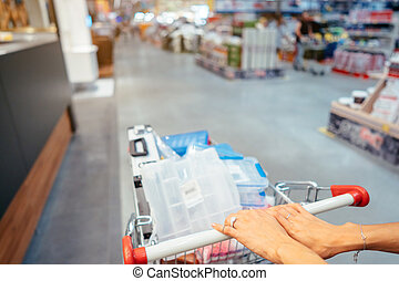 lidská bytost hráč, semknout se, s, shopping vozík, do, jeden, supermarket, chůze, díž, ta, ulička