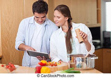 liebe, paar, gebrauchend, a, tablette, edv, kochen