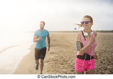 lieben, paar, sandstrand, jogging, zusammen