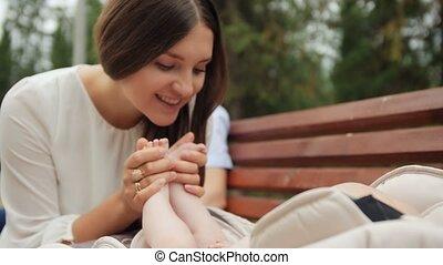 liefde, gezin, haar, pasgeboren, kus, moeder, voet, kindertijd, baby., vrolijke