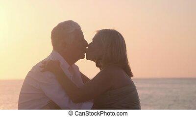 liefde, paar, bejaarden, kussende