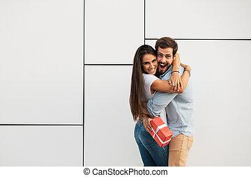 liefde, paar, cadeau, en, verrassing, concept, met, man en vrouw, offergave, een, cadeau