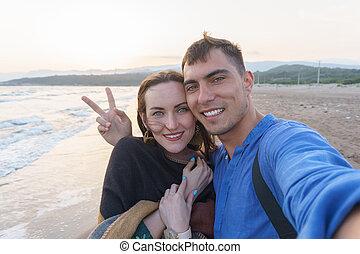 liefde, selfie, vrede, ondergaande zon , paar, strand, symbool