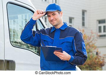 lieferbote, in, uniform, halten klemmbrettes, per, lastwagen