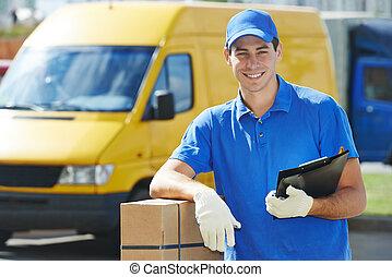 lieferbote, mit, postpaket, kasten