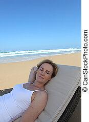 Liegestuhl, frau, entspannend