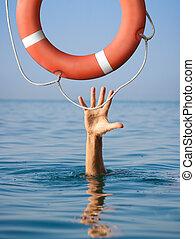 lifebuoy, voor, verdrinking, man, in, zee, of, oceaan, water., verzekering, concept.