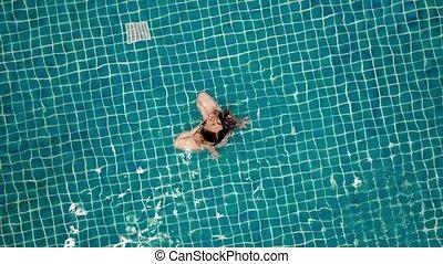 lifestyle., sain, vue, natation, jeune, activities., sommet, pool., aérien, vert, ouvert, femme, vidéo, extérieur, 4k.