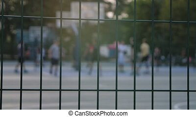 lifestyle., sportif, dehors, joueurs, motion., haut., fond, barrière, sports, jouer, lent, détails, basket-ball, fin, brouillé, park., champ, contre
