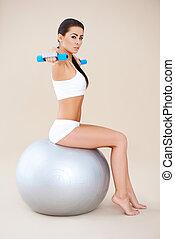 lifting, weights, в то время как, сидящий, на, фитнес, мяч