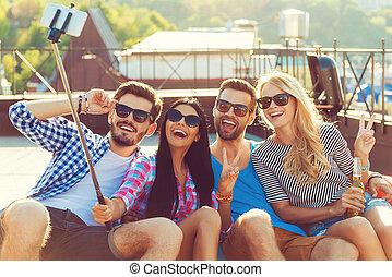 ligar, grupo, pessoas, selfie, friendship., jovem, telhado, telefone, enquanto, outro, cada, divertimento, fazer, tendo, esperto, feliz