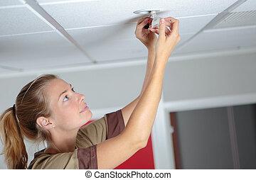 lightbulb, changer, femme, bureau