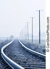 ligne ferroviaire, dans, matin, brouillard, dans, rural,...