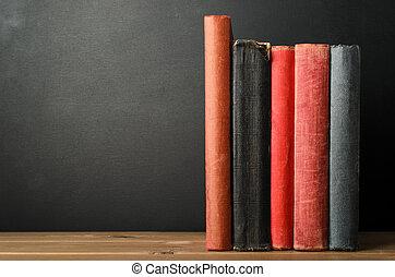 ligne livres, à, vide, colonnes vertébrales, bureau, à, tableau, fond