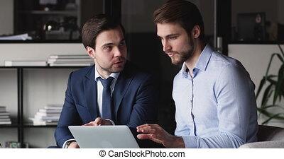 ligne, partenaires, projet, hommes affaires, bureau, deux, réussi, discuter