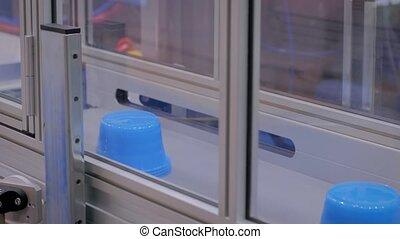ligne, pots, en mouvement, plastique, ceinture, robotique, automatique, bleu, production, convoyeur