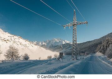 ligne pouvoir, dans, les, route montagne