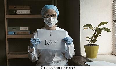 likformig, quarantine., papper, dag, kvinnlig, holdingen, avbild, toned, fönster., inskrift, tom, en, nedräkning, concept., sluttat, för, asiat, stående, läkare, kvinna, vit