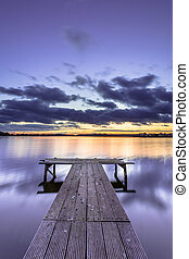 lila, gefärbt, sonnenuntergang, aus, ruhig, see, mit, hölzern, landungsbrücke