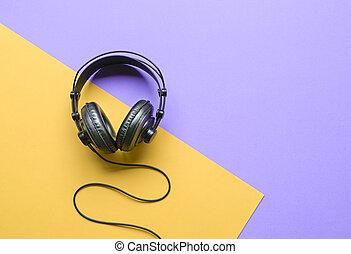 lila, telefone, gelber hintergrund, kopf