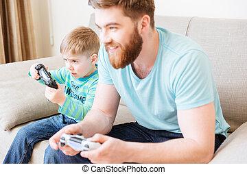 lille dreng, boldspil spille video, hos, far, sidde sofa
