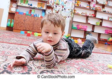 lille dreng, ind, boldspil, rum