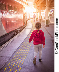 lille pige, gå, på, den, tog station, platform
