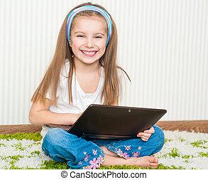 lille pige, hos, en, laptop