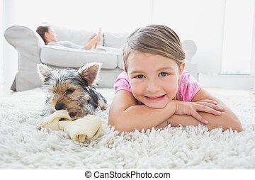 lille pige, liggende, på, rug, hos, terrier yorkshire, smil, kamera, hjem hos, ind, den, leve rum