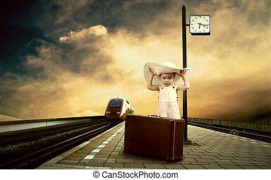 lille pige, siddende, på, vinhøst, bagage, på, den, tog platform, i, jernbane station