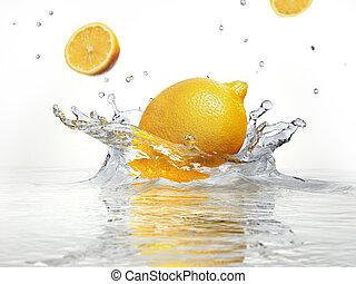 limão, respingue, em, água clara